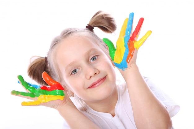 Fille heureuse avec de la peinture sur ses mains