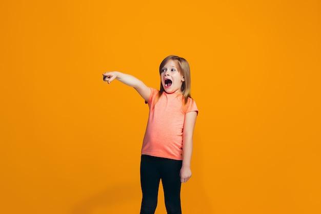 La fille heureuse pointant vers quelque chose