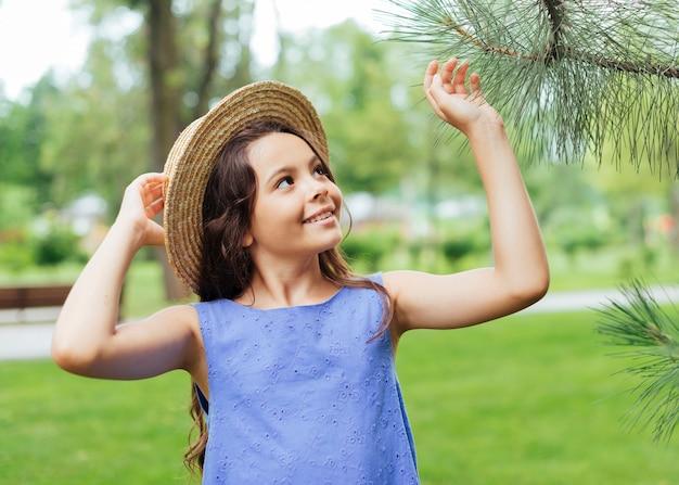 Fille heureuse posant dans la nature