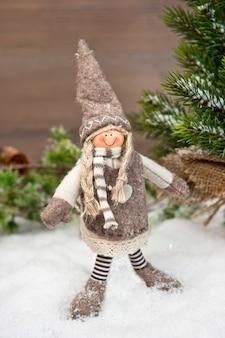 Fille heureuse profitant des vacances d'hiver dans la neige. fond de noël nostalgique