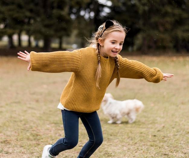 Fille heureuse qui court à l'extérieur