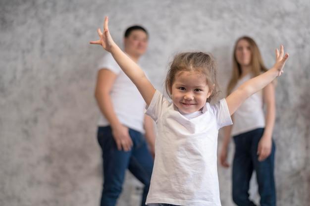 Fille heureuse et ses parents