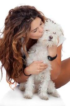 Fille heureuse avec son chien isolé