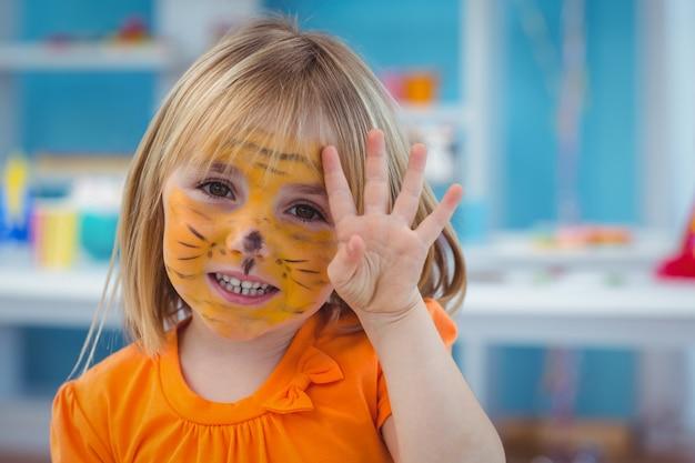 Fille heureuse avec son visage peint