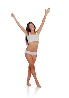 Fille heureuse en sous-vêtements blancs célébrant quelque chose