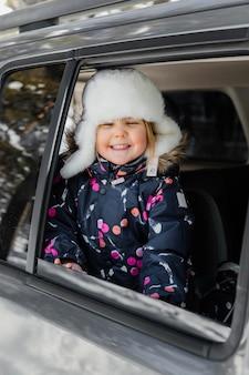 Fille heureuse en voiture coup moyen