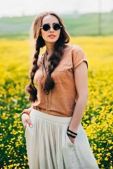 Fille hippie romantique debout dans un champ. été. style hippie.