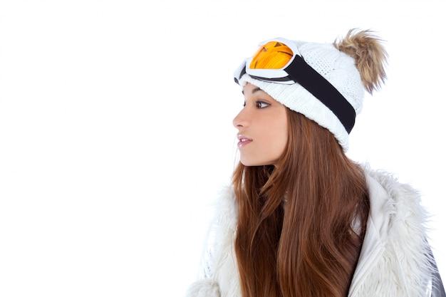 Fille d'hiver brune indienne indienne avec bonnet de fourrure de neige
