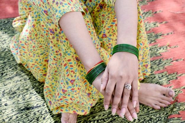 Fille indienne compléter un rasam dans un rituel de mariage