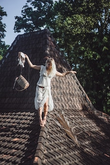 Fille indienne sur le toit. attrape-rêves. belle fille blonde avec des capteurs de rêves.