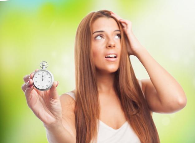 Fille inquiet avec un chronomètre