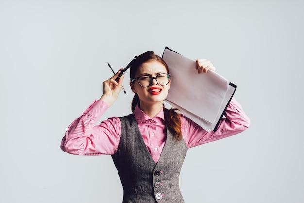 Une fille insatisfaite avec des lunettes s'accroche à sa tête, isolée