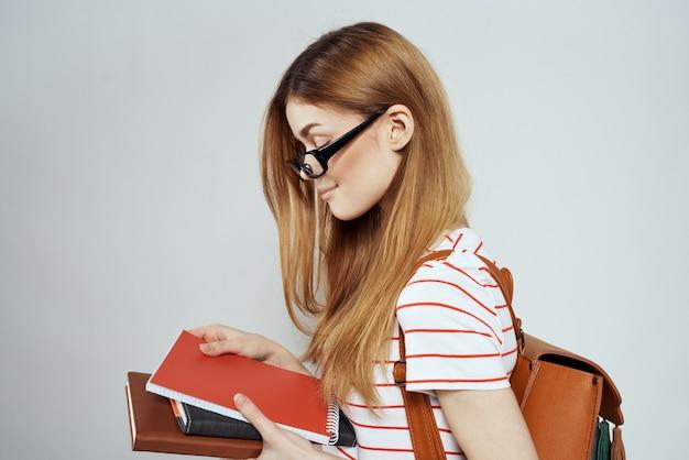 Fille intelligente éducation universitaire blocs-notes sciences lunettes étudiante