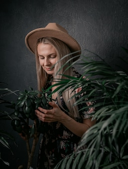Fille de jardinier est engagée dans ses plantes