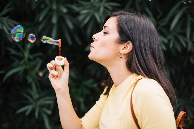 Fille jouant avec des bulles