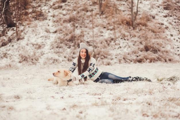 Fille jouant avec un chien