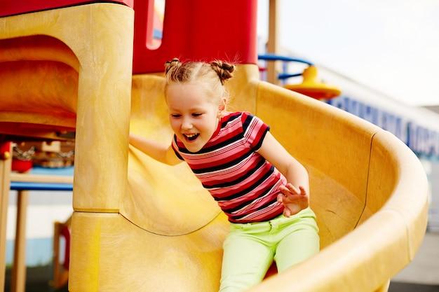 Fille jouant sur la diapositive