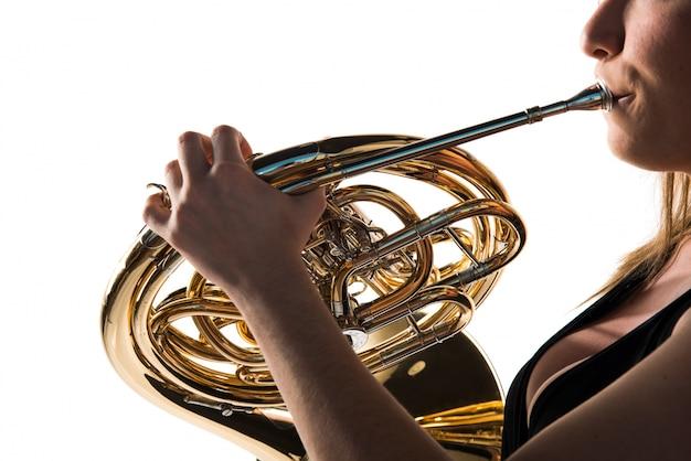 Fille jouant du cor français