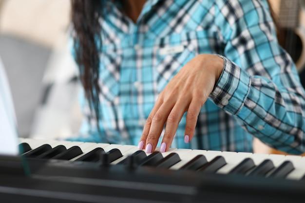 Fille jouant du piano