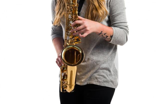 Fille jouant du saxophone