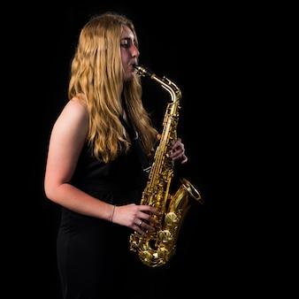Fille Jouant Du Saxophone Photo Premium