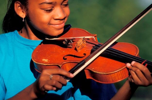 Fille jouant du violon