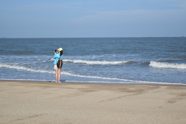 Une fille jouant de l'eau au bord de la mer