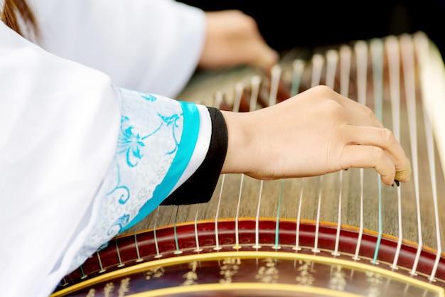 Fille jouant des instruments classiques chinois