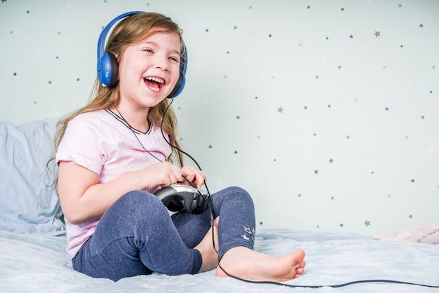 Fille jouant à des jeux vidéo