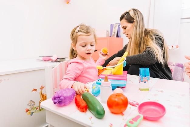 Fille jouant avec un jouet sur la table
