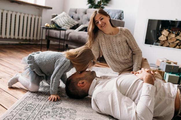 Fille jouant avec son père à la maison