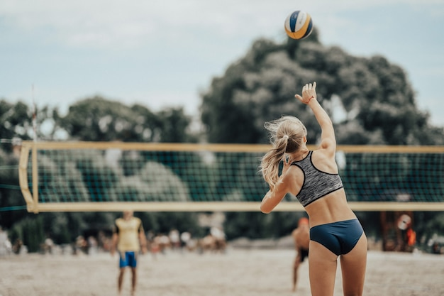 Fille joue au volleyball