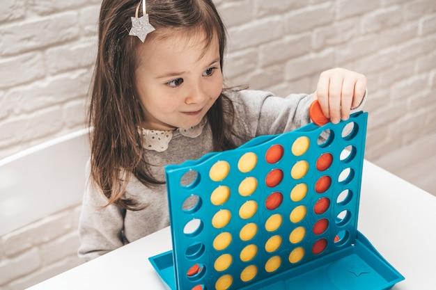 Fille joue à un jeu de société.