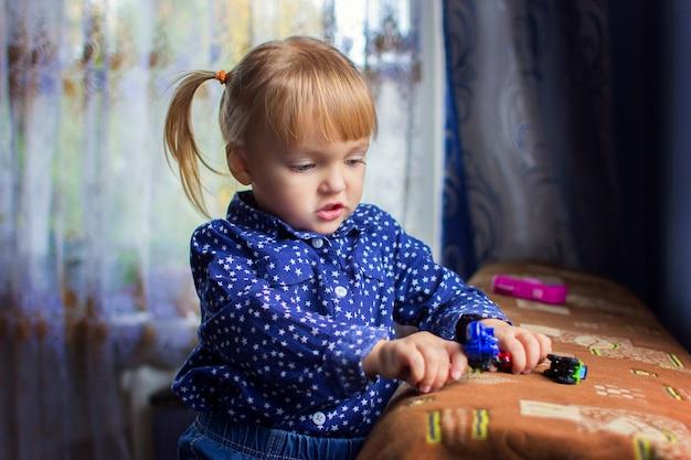 La fille joue à la maison