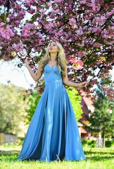 Fille de jour chaud avec un arbre de sakura en fleurs, style de mode de printemps, vraie beauté féminine, été