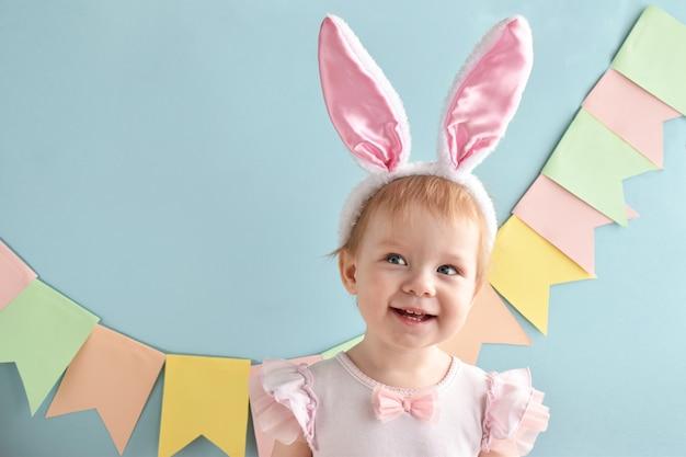 Une fille joyeuse avec un sourire dans ses oreilles de lapin. fête de pâques. un enfant heureux.