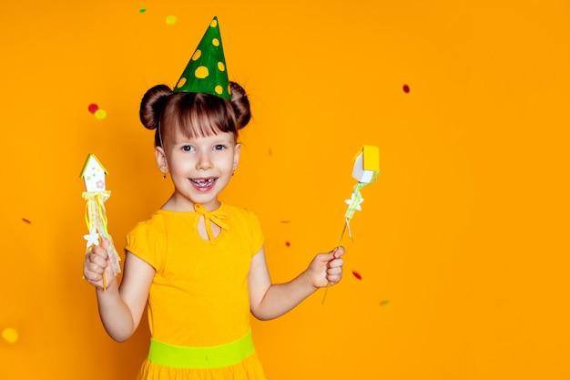 Fille de joyeux anniversaire sur mur jaune