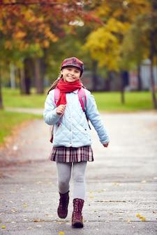 Fille avec jupe aller à l'école