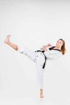 La fille de karaté avec ceinture noire