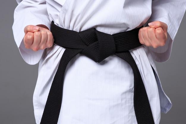 Fille de karaté avec ceinture noire