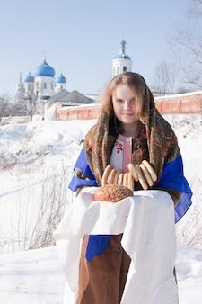 Fille en kerchief traditionnel russe