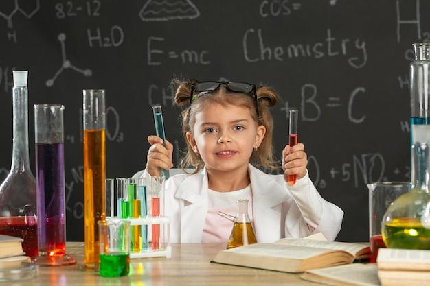 Fille en laboratoire faisant des tests