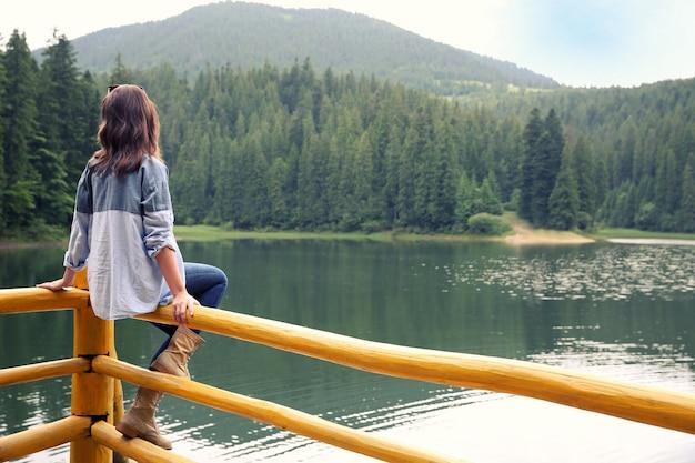 Fille sur le lac de montagne