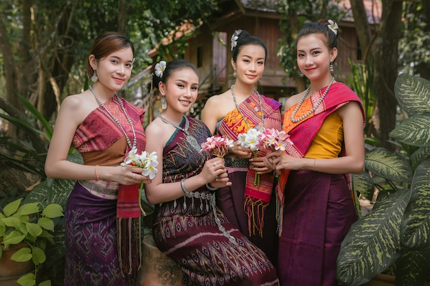 Fille lao vêtue de vêtements traditionnels lao belle fille laos en costume de laos