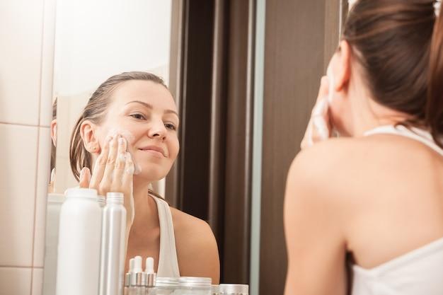 Fille lavant le visage
