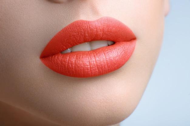 Fille avec des lèvres peachy