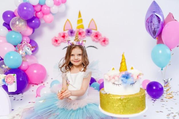 Une fille licorne jette une idée de confettis pour décorer le style licorne