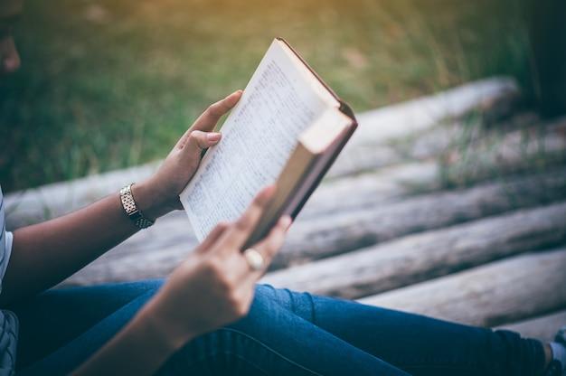 Fille lisant l'amour lisant est une expérience qui donne la vie