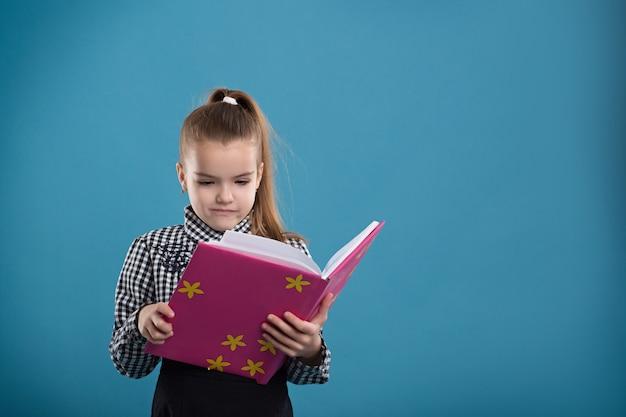 Fille lisant un livre dans une couverture rose