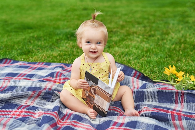 Fille avec un livre dans le parc